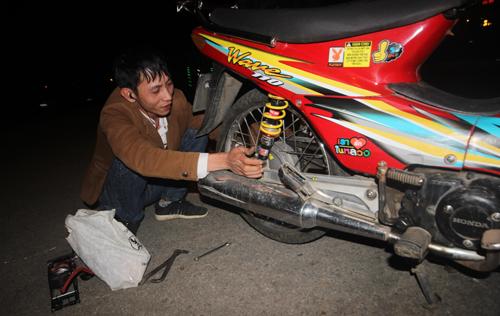 Anh Trần Huỳnh Tuấn vá xe miễn phí trong đêm cho người đi đường. Ảnh: Đắc Thành.