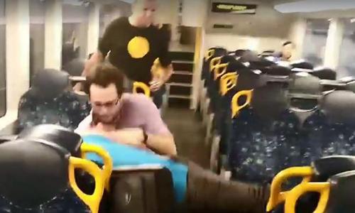 Kết quả hình ảnh cho Hai người đàn ông Úc kết thúc ẩu đả bằng những cái ôm