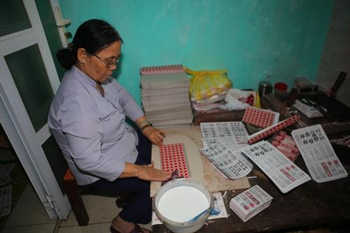 Bà Ngô Thị Bê sản xuất quân bài tới. Ảnh: Võ Thạnh