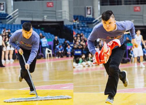 Meng Fei trong một buổi lau sân bóng. Ảnh: SCMP.