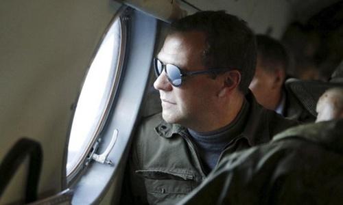 Thủ tướng Nga Dmitry Medvedev trong một lần tới thăm đảo Iturup hồi năm 2015. Ảnh: Reuters.