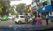 Nữ tài xế quay đầu ôtô, cả phố dừng xe ngắm nhìn