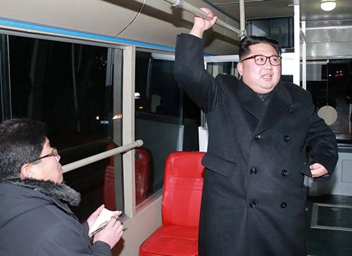 Nhà lãnh đạo Triều Tiên Kim Jong-un đi thử xe buýt điện ở Bình Nhưỡng. Ảnh: KCNA.