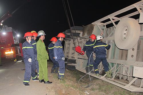 Chiếc container lật nghiêng bất ngờ khiến hai phụ nữ đi đường gặp nạn. Ảnh: Bùi Nghĩa