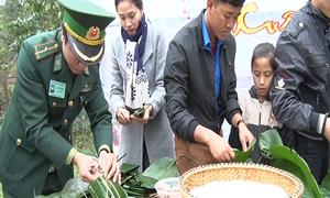 Biên phòng Quảng Bình gói bánh chưng, tặng quà Tết người dân biên giới
