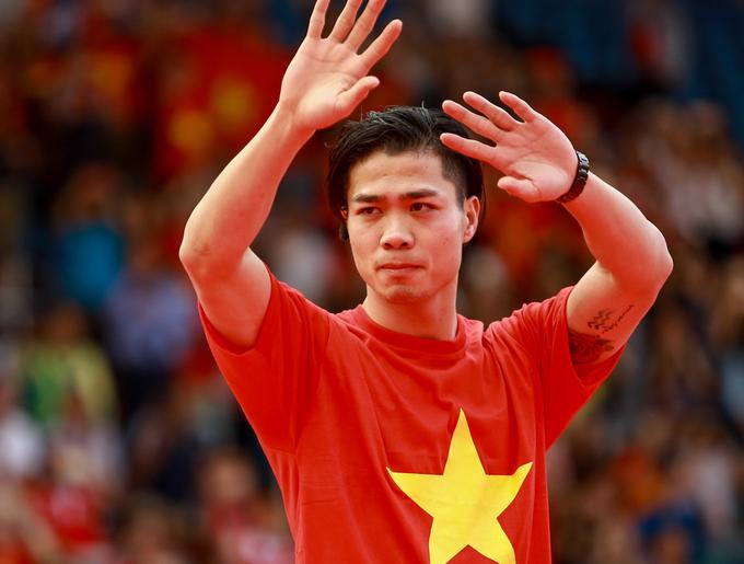 Cầu thủ U23 Việt Nam rạng rỡ chào người hâm mộ tại Sài Gòn