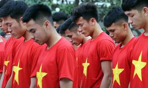 Tuyển U23 dâng hương tượng đài Bác Hồ trên phố Nguyễn Huệ