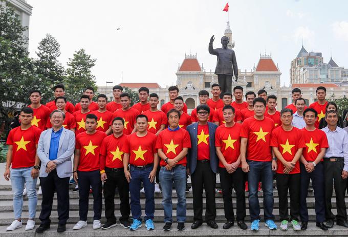 Đội tuyển U23 dâng hương tượng đài Bác Hồ trên phố đi bộ Nguyễn Huệ