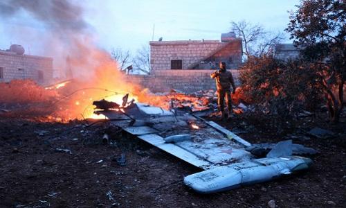 Phiến quân Syria chụp ảnh chiếc máy bay Nga bị bắn hạ ngày 3/2. Ảnh:AFP.