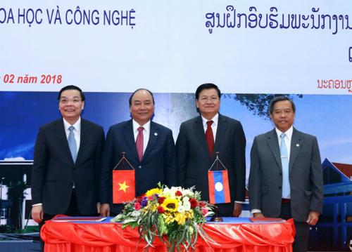 Thủ tướng Nguyễn Xuân Phúc và Thủ tướng Lào chứng kiến lễ ký kết biên bản bàn giao giữa Bộ Khoa học và Công nghệ hai nước. Ảnh: T.H