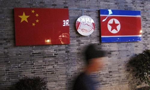 Quốc kỳ Trung Quốc và Triều Tiên bên ngoài một nhà hàng Triều Tiên ở Trung Quốc. Ảnh: Reuters.