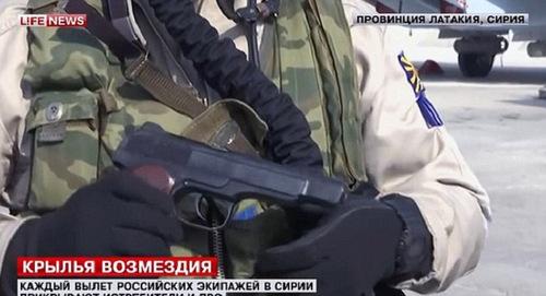 Súng APS trong tay một phi công Nga tại Syria. Ảnh: Life News.