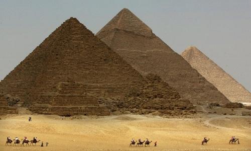 Đại kim tự tháp Giza bị lệch về một bên. Ảnh: Reuters.