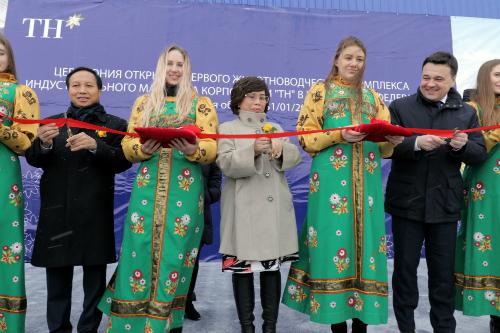 ÔngNgô Đức Mạnh- Đại sứ đặc mệnh toàn quyềnViệt Nam;bà Thái Hương - Chủ tịch Tập đoàn TH;ngài Andrey Vorobiev - Thống đốc tỉnh Moscow(từ trái sang) cắt băng khánh thành trang trại bò sữa cao sảnTH tại Moscow.