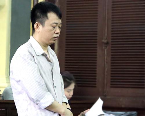 Dũng lầm lũi nhiều lần khóc khi nhìn thấy con gái tại tòa. Ảnh: Bình Nguyên.