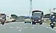 Pha thoát khỏi tai nạn khó tin của xe tải ngủ gật