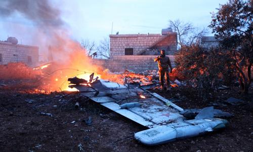 Phiến quân Syria chụp ảnh chiếc máy bay Nga bị bắn hạ ngày 3/2. Ảnh: AFP.