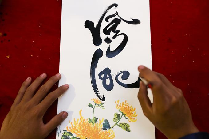 Ông đồ 18 tuổi 5 năm liền viết thư pháp trên vỉa hè Sài Gòn