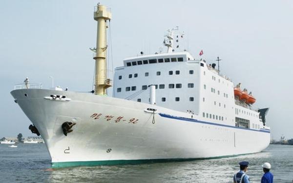 Phà Mangyongbong-92 cập cảng Niigata, Nhật Bản, tháng 8/2003. Ảnh: Nikkei.