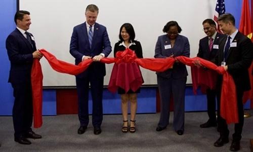 Đại sứ Kritenbrink và Phó giám đốc APHIS Blakely khai trương văn phòng APHIS ở Hà Nội . Ảnh: Đại sứ quán Mỹ tại Việt Nam.