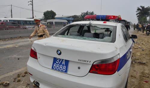 Một xe của lực lượng làm nhiệm vụ bị hư hỏng chiều 14/2/2017.