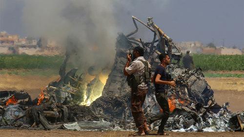 Phiến quân Syria xung quanh xác trực thăng Mi-8. Ảnh: RT.