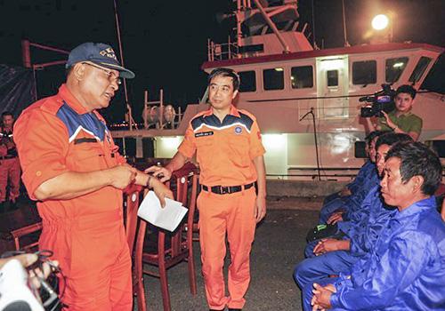 Thuyền trưởng Phan Xuân Sơn trong một lần cứu nạn các ngư dân. Ảnh: Nguyễn Đông.