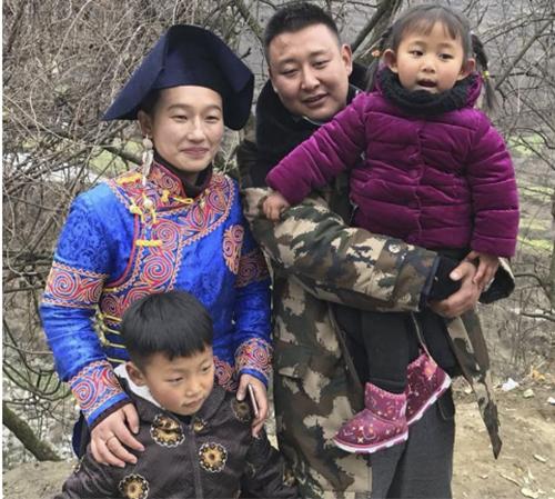 Gia đình 4 người của cậu bé Lou. Ảnh:News.qq