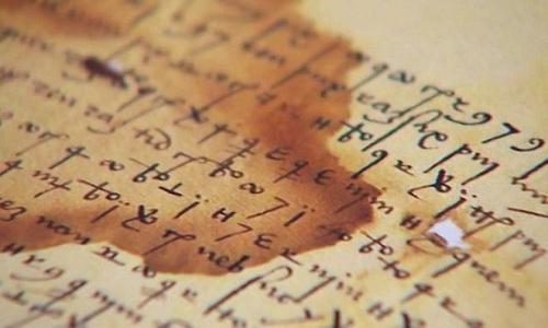 Các bức thư được mã hóa bằng chữ kết hợp, hình học và số đếm. Ảnh: BBC.