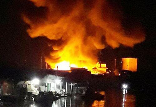 Lửa bùng cháy dữ dội ở khu chợ bán hàng Tết. Ảnh: Phúc Hưng.