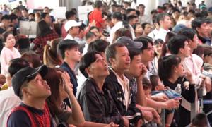 Sân bay Tân Sơn Nhất chật kín người đón Việt kiều về quê ăn Tết