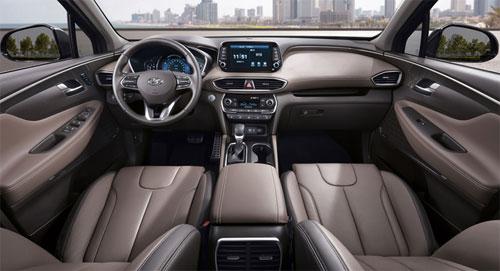 Nội thất cũng nâng cấp với vật liệu cao cấp hơn, thiết kế bảng điều khiển khác biệt, cùng những công nghệ lần đầu xuất hiện.