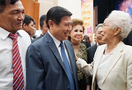 Chủ tịch UBND TP HCM Nguyễn Thành Phong trò chuyện với kiều bào. Ảnh: Tuyết Nguyễn.