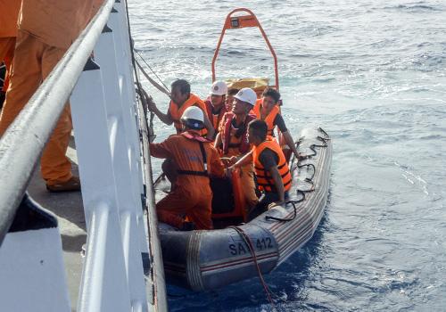 Các thuyền viên tàu SAR 412 thả xuồng để tiếp cận các ngư dân gặp nạn. Ảnh: Danang MRCC.