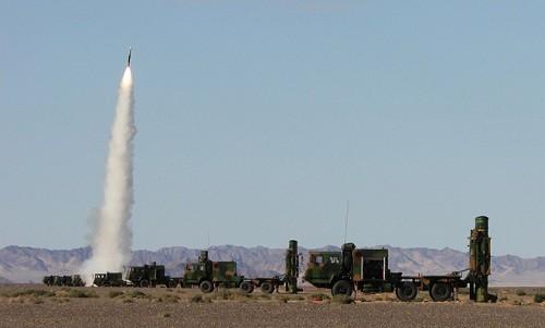 Một hệ thống tên lửa phòng không của Trung Quốc thử nghiệm bắn đạn thật. Ảnh: China Daily.