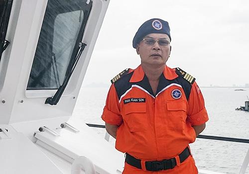 Thủ lĩnh Phan Xuân Sơn trên tàu cứu hộ SAR 412. Ảnh: Nguyễn Đông.