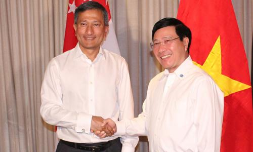 Phó thủ tướng Phạm Bình Minh gặp Ngoại trưởng Singapore Balakrishnan ngày 5/2 tại Singapore. Ảnh: Bộ Ngoại giao Việt Nam.