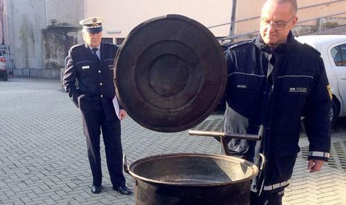Cảnh sát kiểm tra vạc nước sôi khiến thiếu nữ bị bỏng trong sự kiện phù thủy diễu hành. Ảnh: DPA.