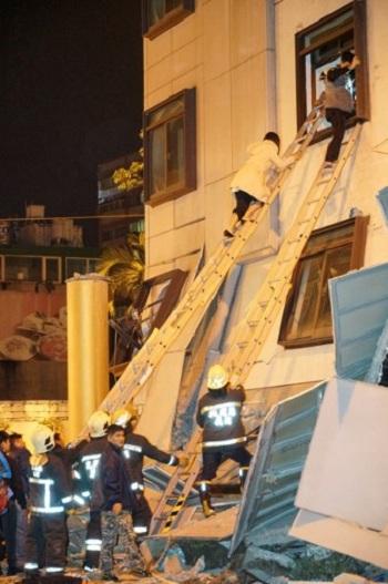 Giải cứu một phụ nữ từ khách sạn Thống Soái ở thành phố cảng Hoa Liên đêm qua. Ảnh: AFP.