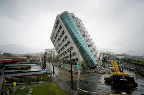 Một tòa nhà bị nghiêng sau trận động đất hôm 6/2. Ảnh: AFP.