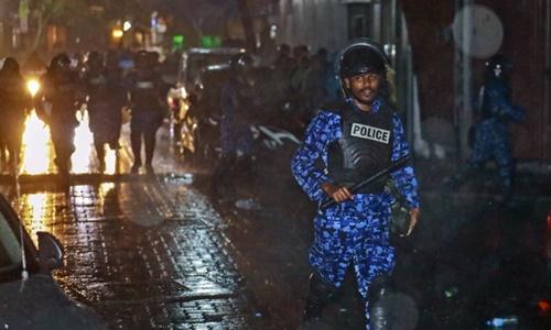 Lực lượng an ninh Maldives tuần tra đường phố thủ đô Male hôm 6/2. Ảnh: AP.