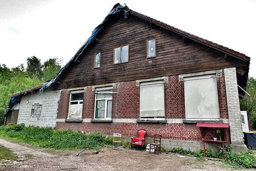 những ngôi nhà bỏ hoang của thợ mỏ, không lò sưởi, với mái nhà mục nát có thể sập xuống bất cứ lúc nào.