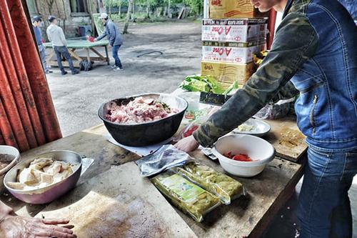 Một cư dân Thành phố Việt Nam chuẩn bị đồ ăn. Ảnh:Pacific Links Foundation.