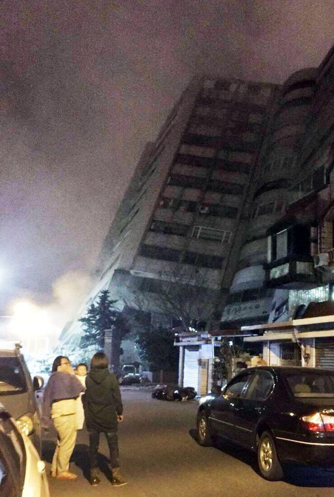 Nhà sập, đường phố nứt gãy sau động đất ở Đài Loan