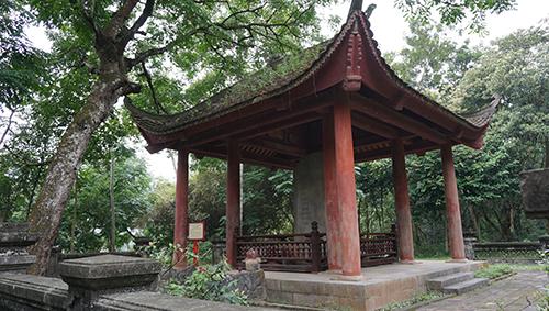 Bia Dụ Lăng được dựng cách lăng mộ vua Lê Hiến Tông khoảng 30m. Ảnh: Lê Hoàng.
