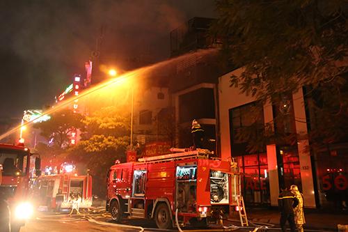 Sáu xe cứu hỏa được huy động đến hiện trường. Ảnh: Phạm Dự.