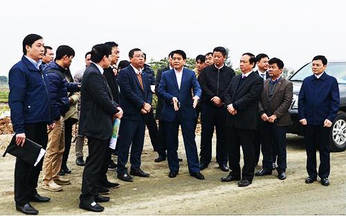 Caption Chủ tịch UBND TP Hà Nội Nguyễn Đức Chung kiểm tra tiến độ thi công dự án đầu tư xây dựng đường trục phía Nam Hà Tây tại khu vực khu đô thị Thanh Hà.