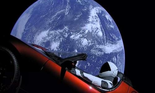 Chiếc Tesla bay vào không gian trên lưng tên lửa Falcon Heavy. Ảnh: SpaceX.