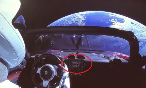 Dòng chữ Đừng hoảng sợ trên màn hình ở chính giữa xe. Ảnh: Twitter.