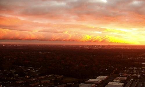 Dải mây cuộn rực sáng chụp từ xa. Ảnh: Twitter.